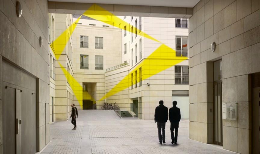 Felice Varini, «Double trapèze pour quatre triangles», Square Edouard VII, Paris, 2012, Photographie : André Morin